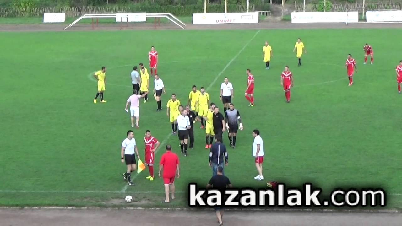 2ee4bd182e7 Футболисти на Загорец нападнаха съдиите на мач в Казанлък - YouTube