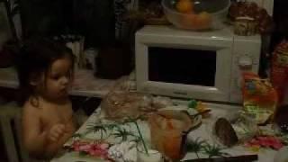Зажала папе морковку(Девочка зажала папе морковку., 2010-03-28T20:58:10.000Z)