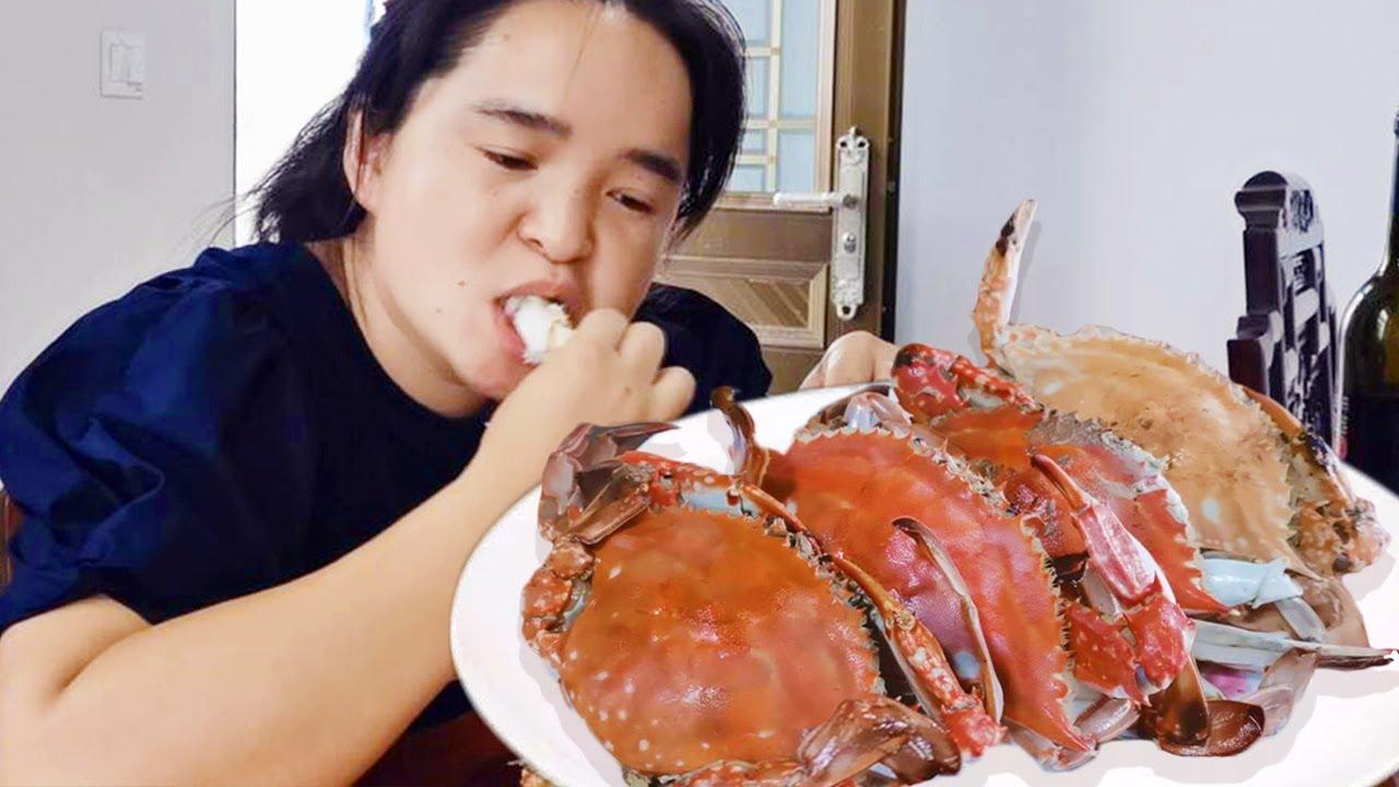 苗大姐上小镇买了4个大螃蟹,做道盐焗梭子蟹,配上红酒一家人吃到嗨!【苗阿朵美食】