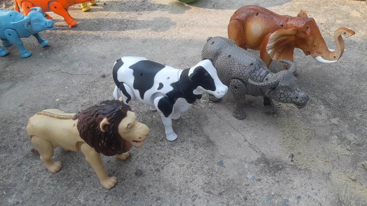 รีวิว รถตักดินคันใหญ่ พร้อมเพื่อนสัตว์ วัว ควาย ช้าง สิงโต เล่นตักดินที่กองทราย Truck Cow Buffalo