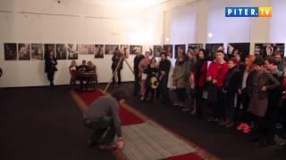 На шокирующем шоу девушек связывали на потеху публике