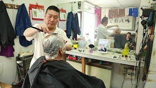 老北京胡同里的剃光头绝活 理发师人称剃头匠 / The Chinese barber and his old hairdresser's shop in Beijing