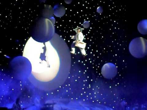 Mika - Bercy: astroboy landing in Paris (26/04/10)