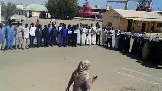 عمال ميناء بورتسودان يتظاهرون و يهتفون ضد خصخصة و بيع ميناء بورتسودان