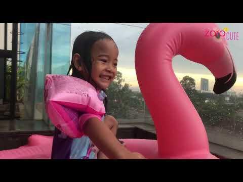 Zara Bermain di Kolam Air Terjun dengan Balon Flaminggo warna Pink | Liburan Bersama Keluarga