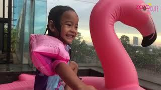 Download Video Zara Bermain di Kolam Air Terjun dengan Balon Flaminggo warna Pink | Liburan Bersama Keluarga MP3 3GP MP4
