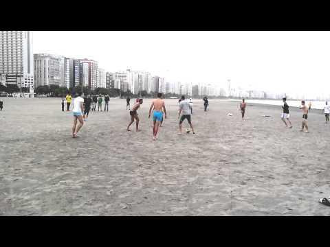 Jogadores da Seleção do México de Futebol jogando um futebol na Praia do Gonzaga em Santos - SP