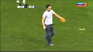 un aficionado salta al campo saluda a messi y lo celebra como un gol