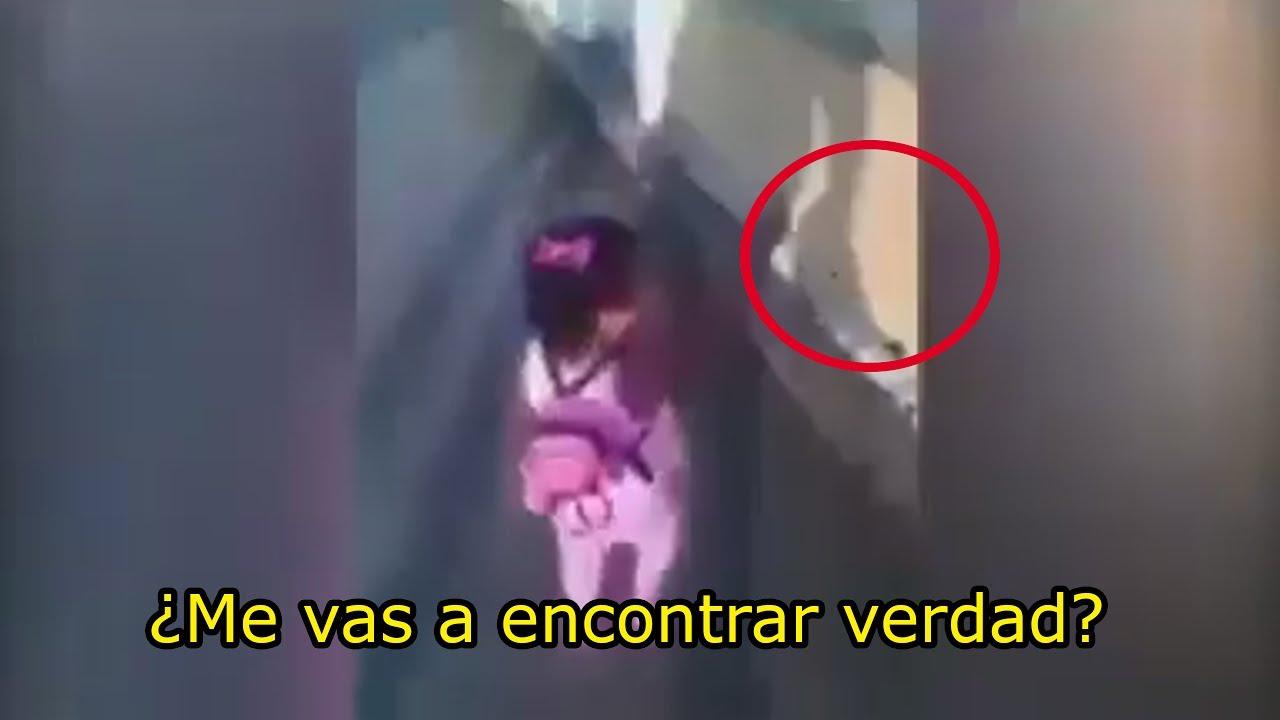 El perturbador vídeo de una niña platicando con fantasma en un cementerio.