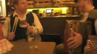 Simon Berger beim Löffelschlagen zur diatonischen Ziach, gespielt von Thomas Reiter