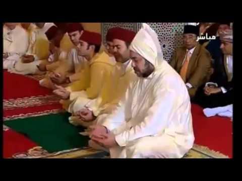 Maroc : À quelques mètres du roi un bouche à bouche appuyé dans la mosquée!
