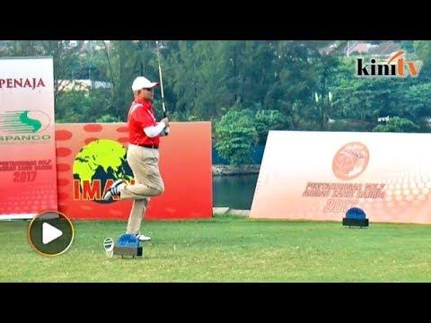 Najib beraksi di Pertandingan Golf Piala Zahid Hamidi