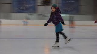 Коньки. Выходим на лед.(Тренер Елена Юрьевна Парменова рассказывает, как научить ребенка кататься на коньках и вырастить из него..., 2016-02-06T18:37:54.000Z)