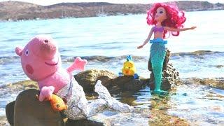 Детское видео. Ариэль и герои мультфильмов про Свинку Пеппу! Плюшевые игрушки  на пляже!
