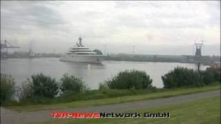 Plötzlich liegt da eine Super - Yacht im Hafen