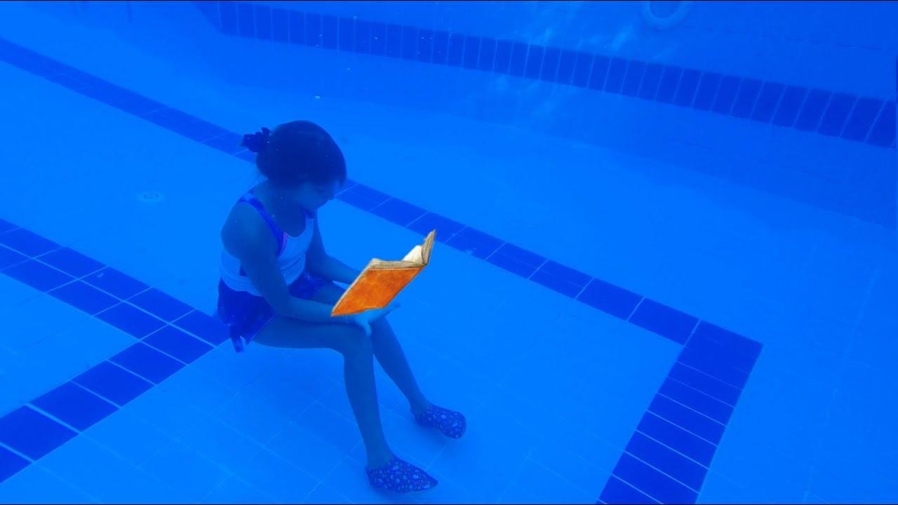 Havuzda kitap okumak