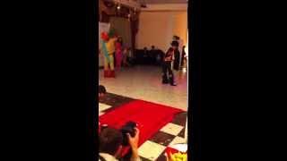 Elvis Presley отжигает на казахской свадьбе)))