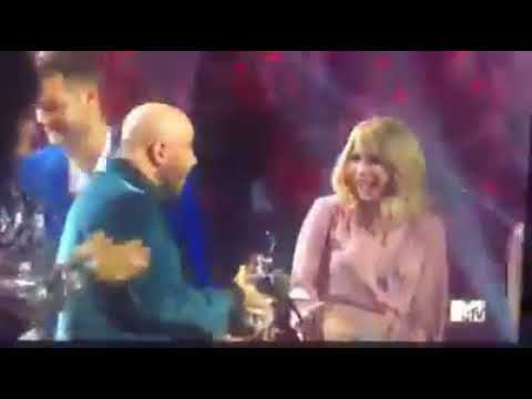Morgen - Travolta Mistakes Drag Queen for Taylor Swift