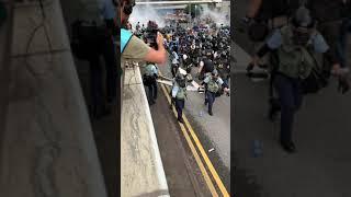 2019년 홍콩경찰의 최루탄 발사 장면 (어드마럴티/감…