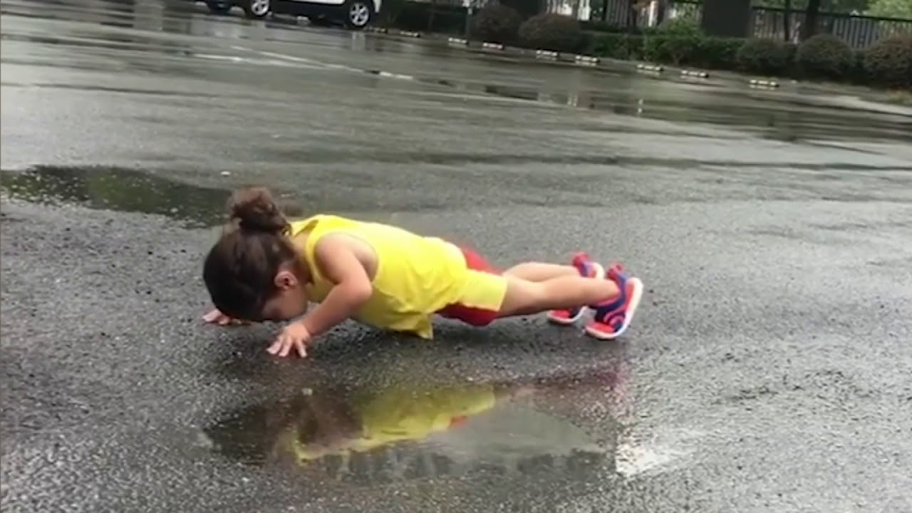 сильная девочка 3 года - гимнастика