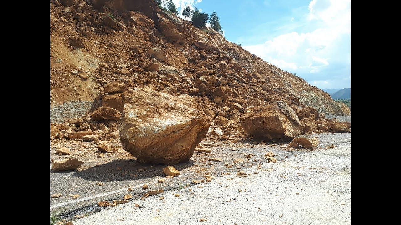 Çelikhan'da Heyelan Nedeniyle Yol Trafiğe Kapandı
