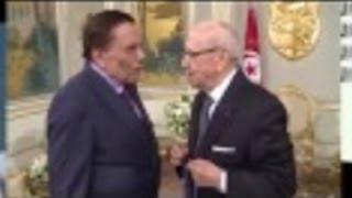 بالفيديو.. «الزعيم» يثير ضحك الرئيس التونسي أثناء تقليده وسام الاستحقاق