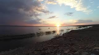 Красивый закат на берегу озера. Ускоренная съемка.