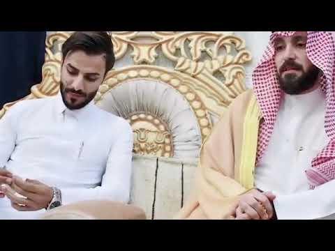 شاهد الأمير الشيخ ضرغام بن صباح العرمش المالكي يهدي شماغ وعگال للشاعر زين كريم المالكي Youtube