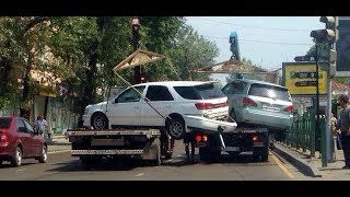 Бешеные эвакуаторщики бьют машины!