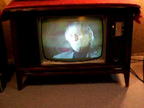 Vintage 1970 Zenith A6533W color TV with space command