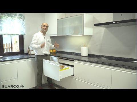 Cocina blanca moderna en forma de u con persiana Cocina blanca encimera granito negra
