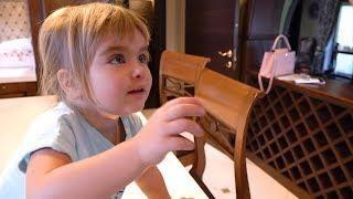 Оливия в первый раз решила сделать макияж. Это самое первое загруженное видео на канале Olivia Vlog.