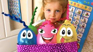 Лиза играет в прятки с живыми шариками