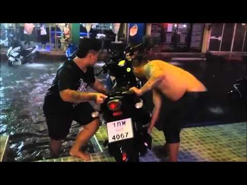 Pattaya Hochwasser Motorbike Rettung 16 9 2015 v.dem Europa PattayaBeachGueathouse Blueheaven