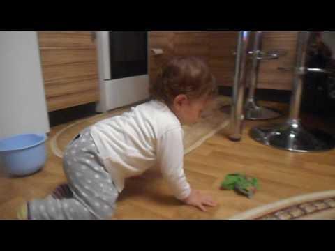 Ребёнок моет пол