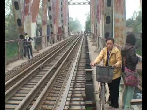 Dan vo tu di tren cau duong sat - Dân vô tư đi trên cầu đường sắt