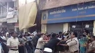 One Army Jawan VS 7 Police Officers - Fighting Outside Bank
