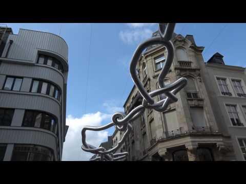 Balade au Luxembourg, le 77 : installation de tubes AIR DELUXE de HEHE  rue Phillpe II