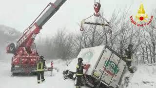 Vigili del fuoco all'opera sull'emergenza neve