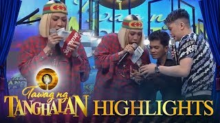 Tawag ng Tanghalan: Vice Ganda puts some money in Romel's wallet