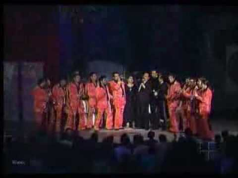 Don Antonio Aguilar acompañado de su familia y la banda el recodo canta