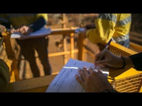 Мигранты Таджикистана оформляют разрешение на работу за границей через посредника