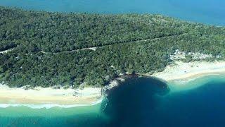 На пляже в Австралии образовалась гигантская воронка