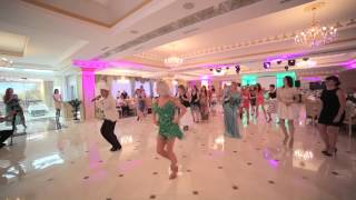 Танцевальный дуэт из Ставрополя устроил красивый флешмоб на свадьбе.