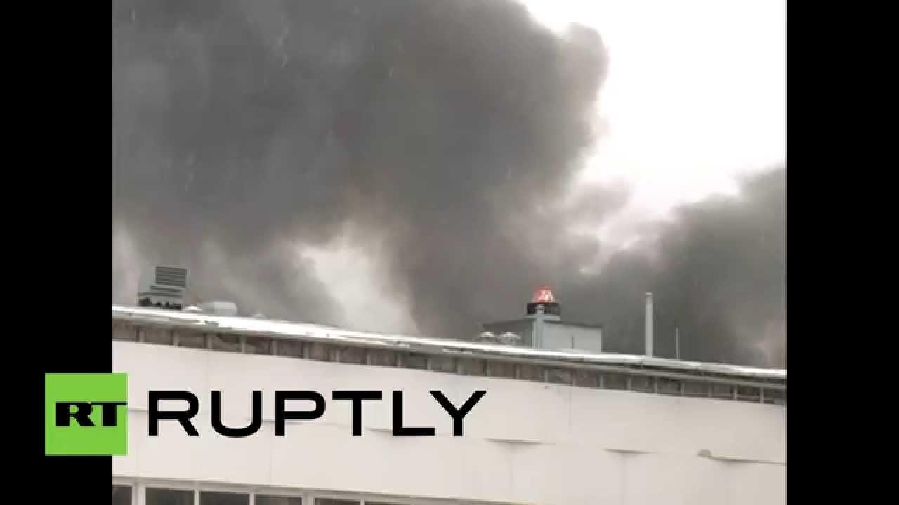 Два человека погибли при пожаре в торговом центре ...