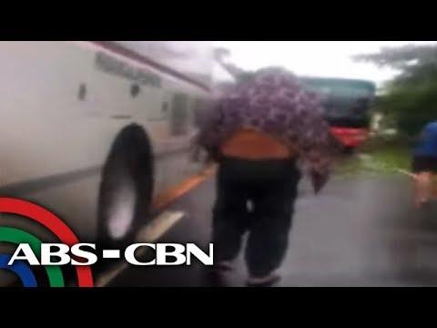 Bandila: Ilang pasahero, napaakyat sa tuktok ng bus nang tumaas ang baha