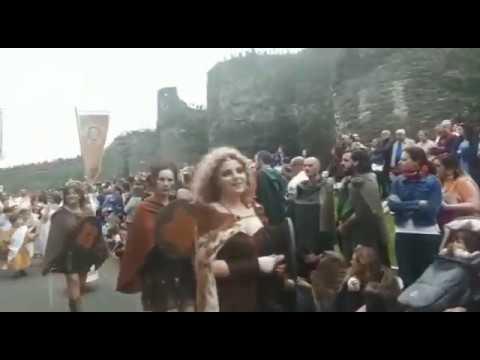 Desfile de tropas romanas y castrexas por la Ronda da Muralla