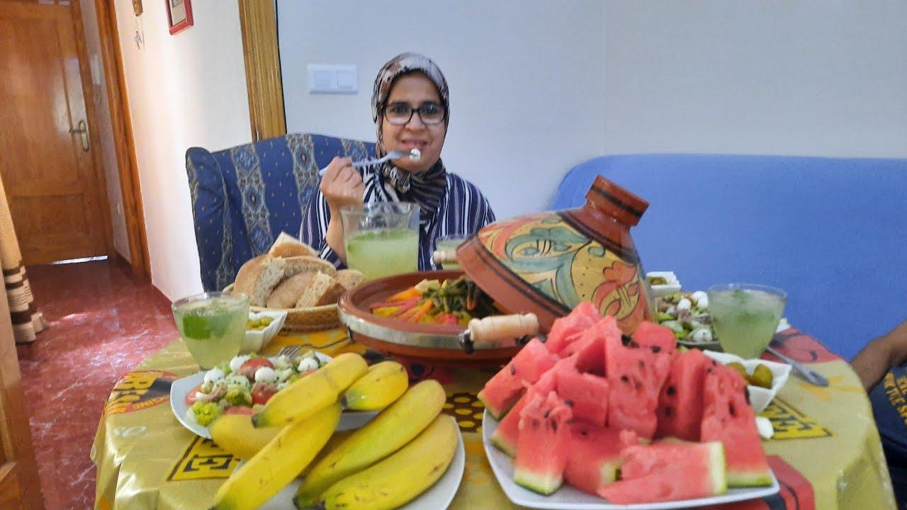 Menú marroquí delicioso/ tajin , ensalada, y limonada muy fresquita.