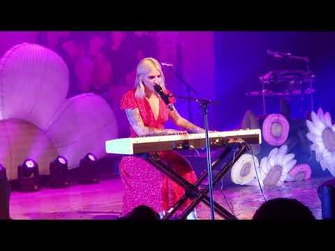 Download Mp3 lagu First ever live performance - Julia Michaels: Don't wanna think terbaik