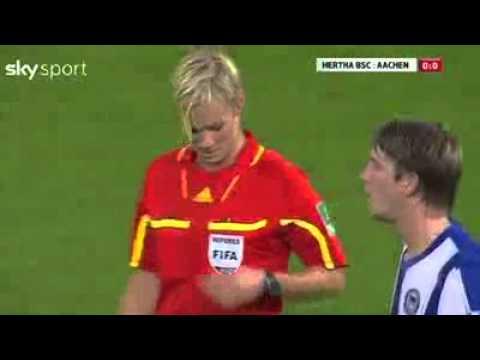 Pemain Bola Sepak Terpegang Tetek Pengadil - YouTube